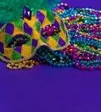 在紫色背景的狂欢节或狂欢节面具 免版税库存照片