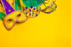 在黄色背景的狂欢节面具 图库摄影