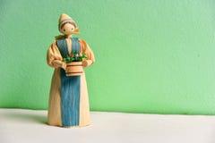 在绿色背景的玉米壳玩偶 库存照片