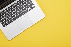 在黄色背景的现代膝上型计算机键盘 图库摄影