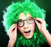 在绿色背景的疯狂的妇女 免版税库存照片