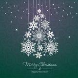 在绿色背景的白色雪花圣诞树 免版税库存照片