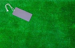 在绿色背景的空白的价牌标签 免版税图库摄影