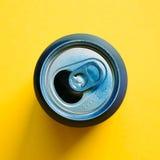 在黄色背景的空的罐头 免版税库存图片