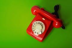 在绿色背景的红色葡萄酒电话 免版税图库摄影