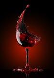 在黑色背景的红葡萄酒玻璃 免版税库存图片