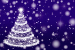 在紫色背景的美丽的圣诞树 免版税库存照片