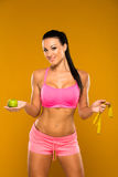 在黄色背景的美好的健身模型 图库摄影