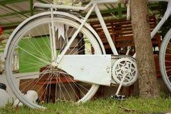 在绿色背景的老轮子自行车 免版税库存图片