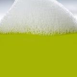 在绿色背景的肥皂的泡影泡沫特写镜头 香波清洁物品概念 Suds构造看法 浅深度 免版税库存照片