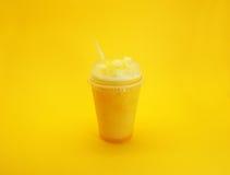 在黄色背景的芒果圆滑的人 库存图片