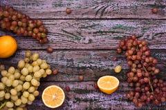 在紫色背景的被分类的果子框架 库存照片
