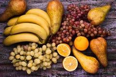 在紫色背景的被分类的果子静物画 免版税库存照片