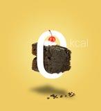 在黄色背景的被隔绝的零的卡路里巧克力蛋糕 库存照片