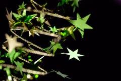 在黑色背景的金黄圣诞节星形 免版税库存照片