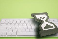 在绿色背景的键盘 计算机标志 3d翻译 3d例证 库存图片