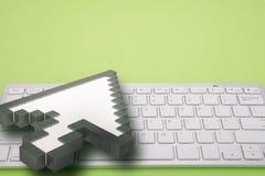 在绿色背景的键盘 计算机标志 3d翻译 3d例证 库存照片