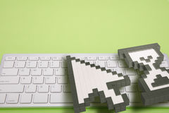 在绿色背景的键盘 计算机标志 3d翻译 3d例证 免版税库存照片