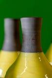 在绿色背景的陶瓷花瓶片段 免版税库存照片