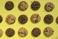 在黄色背景的饼干 免版税库存照片
