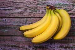 在紫色背景的香蕉 免版税库存照片