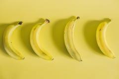 在黄色背景的香蕉 免版税库存照片