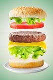在绿色背景的经典汉堡包 免版税库存照片