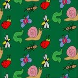 在绿色背景的滑稽的色的乱画昆虫 无缝的模式 库存图片