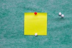 在绿色背景的黄色便条纸 免版税库存图片