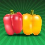 在绿色背景的黄色和红色甜椒 免版税库存图片