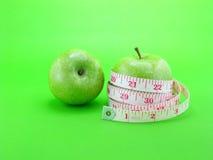 在绿色背景的绿色苹果 免版税库存照片