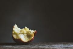 在黑色背景的Apple 葡萄酒口气 免版税图库摄影