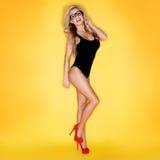 游泳衣佩带的镜片的性感的妇女 免版税库存照片