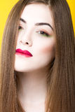 在黄色背景隔绝的年轻白女孩和头发秀丽画象有创造性的构成的 免版税库存图片