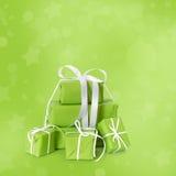 在绿色背景隔绝的绿色圣诞节礼物 图库摄影