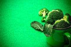 在绿色背景,自然绿色食物概念的新鲜的硬花甘蓝 库存照片