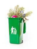 在绿色自行车前轮离地平衡特技容器的圣诞树 库存照片