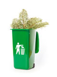 在绿色自行车前轮离地平衡特技容器的庭院废物 免版税库存照片
