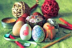 在绿色花卉背景的被绘的复活节彩蛋在土气样式 库存照片