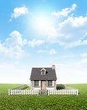 在绿色草坪的村庄 免版税库存图片