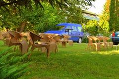 在绿色草坪的藤椅 免版税图库摄影