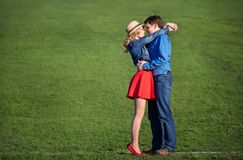 在绿色草坪的年轻夫妇 免版税库存照片
