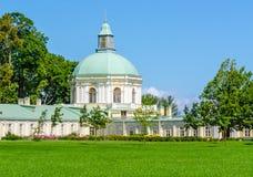 在绿色草甸中的教会Oranienbaum宫殿 库存照片
