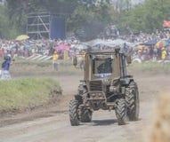 在绿色草甸的农业拖拉机 免版税图库摄影