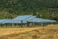 在绿色草甸的太阳能电池面板 库存图片