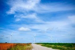 在绿色草甸的风轮机 免版税库存照片
