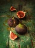 在绿色葡萄酒木桌上的新鲜的无花果 免版税库存照片