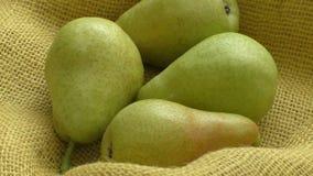 在黄色袋装的新鲜的有机梨 土气背景梨秋天收获水多的美味梨  股票视频