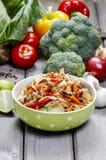 在绿色被加点的碗的新鲜蔬菜沙拉 免版税库存图片