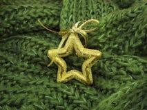在绿色被编织的羊毛的圣诞节装饰 免版税库存图片